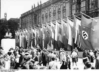 s-Bundesarchiv_B_145_Bild-P017200,_Berlin,_Olympiade,_Fahnenschmuck_Lustgarten.jpg